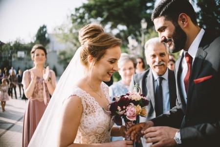 Chalkida, Grecja Ktima Boureli fotografia ślubna pary młodej z bukietem kwiatów.