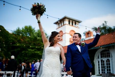 Ravisloe Country Club-trouwfoto van na de ceremonie van de bruid en bruidegom