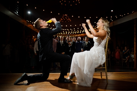 Hochzeitsfotografie von Emerson Fields vom Empfang mit Braut und Bräutigam auf der Tanzfläche