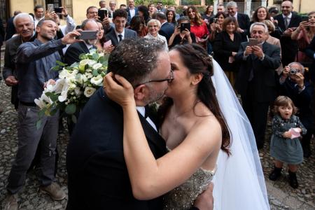 Huwelijksfoto van het kussen van de bruid en bruidegom in de Parrocchia di san Prospero Strinati - Reggio Emilia - Italia