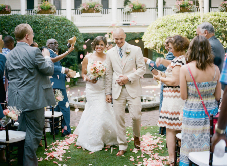 Le gouverneur Thomas Bennett House, Charleston, SC image de mariage des mariés quittant la cérémonie du jardin extérieur