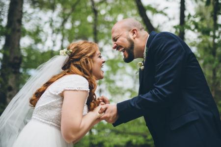 Hemlock Springs Kentucky Obraz ślubny młodej pary śmiejącej się na zewnątrz pod drzewami