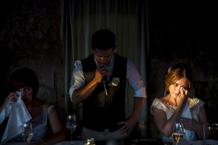 Borgo della Marmotta, Poreta (Umbría) Foto de boda de la novia llorando durante los discursos de recepción