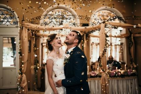 Konfetti fliegt über das Brautpaar im Restaurant Drakata | Hochzeitsfotografie in Lovech, Bulgarien