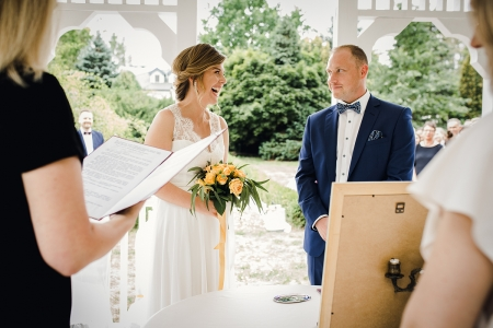 Open-air huwelijksceremonie. Jong stel tijdens de huwelijksgelofte in Rose Residence Zarebow, Polen