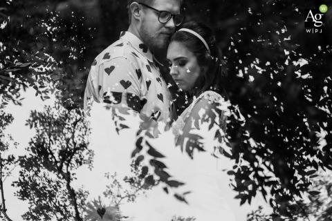 Rio Grande du Sol Fotografia ślubna | Obraz zawiera: czarno-biały, portret, panna młoda, pan młody, odbicie, liście