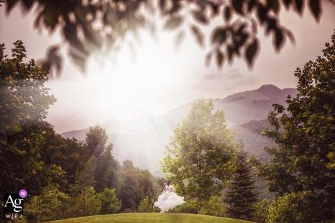 Veneto bride running in the sunlight and green fields