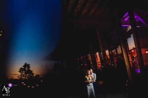 Baden-Württemberg Artistieke bruiloft foto van verlichte paar buiten in de schemering