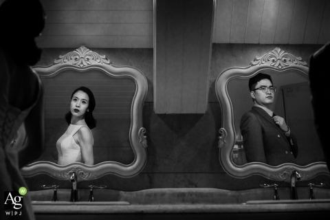 Hangzhou City en Zhejiang artistiek huwelijksportret van de bruid en bruidegom in spiegels en in zwart en wit.