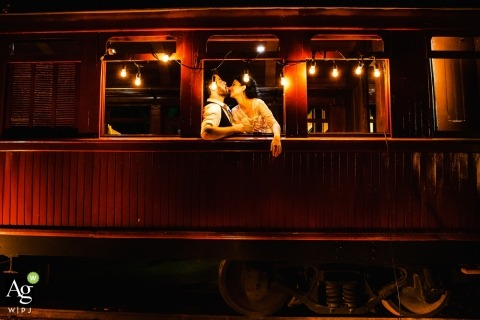 Minas Gerais Trouwfotograaf | Afbeelding bevat: bruid, bruidegom, omhelzing, portret, trein