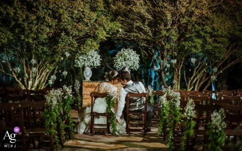 ślubny portret panny młodej i pana młodego w bujnej zieleni