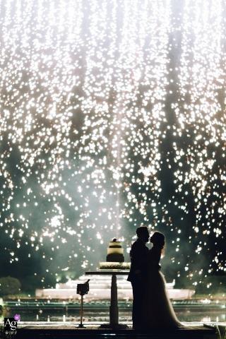 與葡萄牙新娘和新郎的創造性的婚禮之日畫象會議與蛋糕和淋浴與煙花