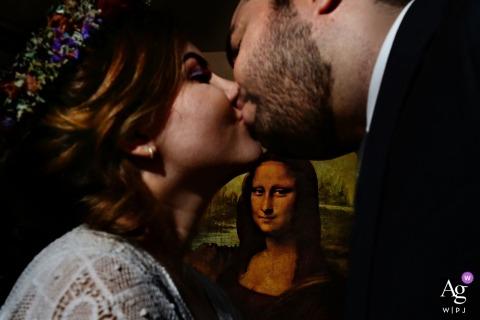 Goias fotografia ślubna portret panny młodej i pana młodego z Mona Lisa oglądania w tle