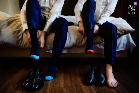Creatieve huwelijksfotografie van Duitsland | detail van mannen die hun sokken en schoenen aantrekken