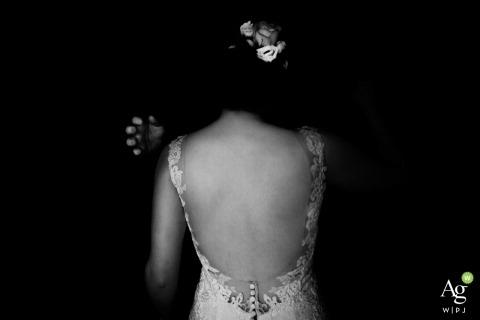 Fotografia ślubna Hesji | Obraz zawiera: panna młoda, czarno-biały, sukienka, koronka, detale