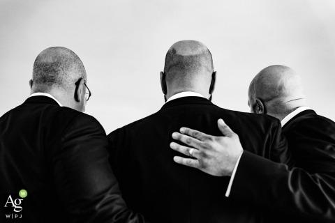 New York City Documentaire Trouwfotograaf | Afbeelding bevat: zwart en wit, detailfoto, bruidegom, groomsmen, smoking