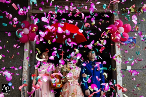Fujian artistic wedding photography details of confetti flying over bride and groom