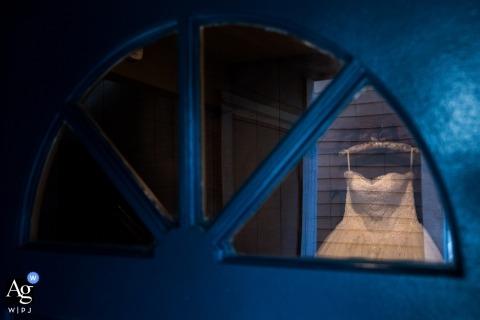 Lake Tahoe kreatywna fotografia ślubna | szczegół sukni przez okno w drzwiach
