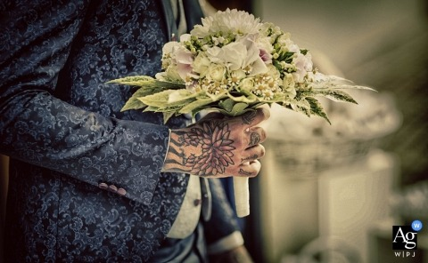 La Spezia pictures by a creative wedding photographer | detail of man holding flowers
