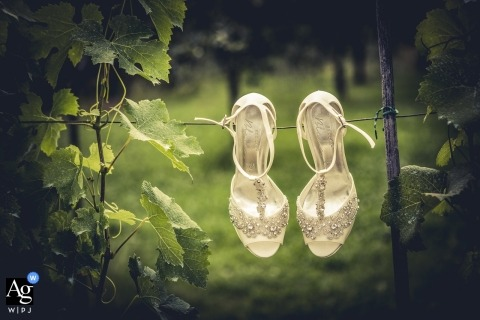 La Spezia pictures by a creative wedding photographer | detail of shoes hanging on grape line