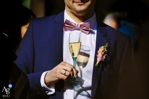 Alemania creativa fotografía de boda | detalle de hombre con champagne en copa