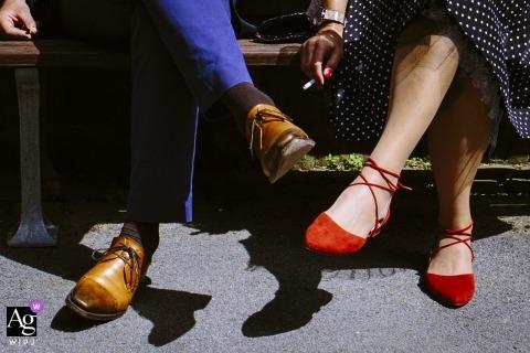 Detalles artísticos de la fotografía de bodas de Aquisgrán de zapatos y cigarrillos.