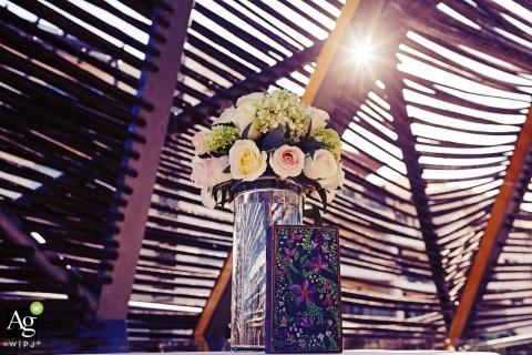 Playa del Carmen szczegóły zdjęcia ślubne | Obraz zawiera: ujęcie szczegółowe, róże, cabana, niebo, słońce