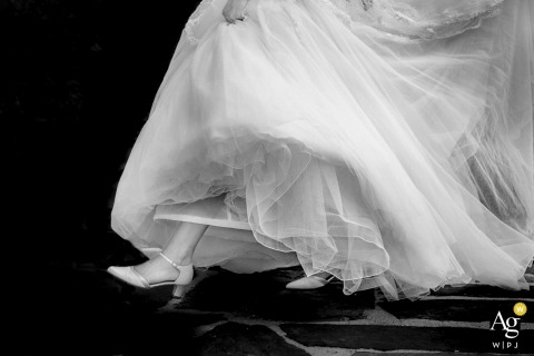 Fotos de Aachen por un creativo fotógrafo de bodas | detalle de vestido de novia y pie caminando