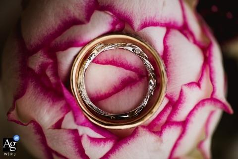 Dorset-foto's van een creatieve huwelijksfotograaf | detail van ringen op bloem