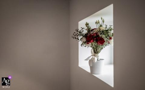 Künstlerische Hochzeitsphotographiedetails Englands | Blumenstrauß im Fenster sitzen
