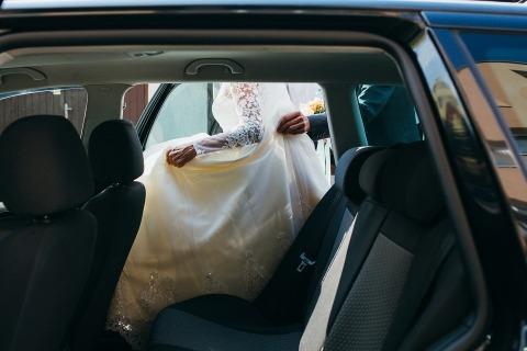 Hochzeitskleid und Vater Hand
