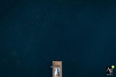 Sacramento Drone Portrait Fotografía de boda | La imagen contiene: novia, novio, toma aérea, muelle, lago, retrato