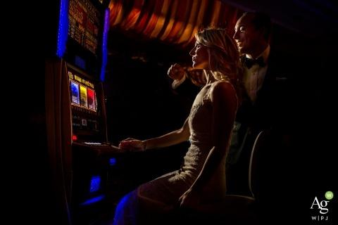 Sesión de fotos de retratos de casino con novios en Italia