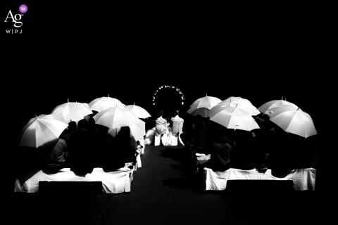 Photographie de mariage créative Offenburg | détail de parapluies lors d'une cérémonie de mariage