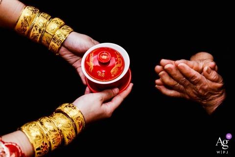 Fuzhou, fotografia ślubna z Fujian | Panna młoda podała kubek herbaty starszym i poprosiła o błogosławieństwo starszych w związku małżeńskim.