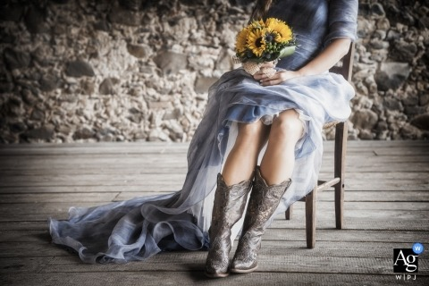 Veneto artistic wedding photography details | wedding dress with bouquet and cowboy boots