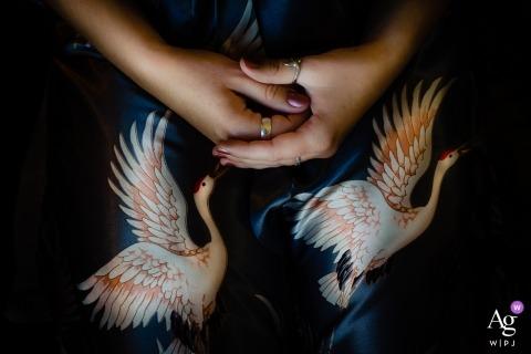 Fotos del norte de California por un creativo fotógrafo de bodas | Detalle de la mano de la novia con imágenes de cisnes.