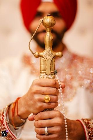 Fotógrafo creativo de bodas en Sacramento | detalle de novio con espada