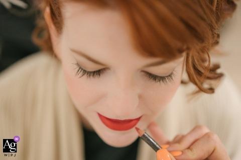 Künstlerisches kreatives Fotodetail Londons der Braut Lippenstift anwendend
