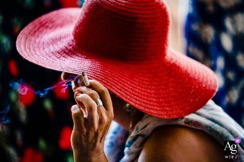 Ho Chi Minh Bilder von einem kreativen Hochzeitsfotografen | Detail der Frau im roten Hut mit Zigarette