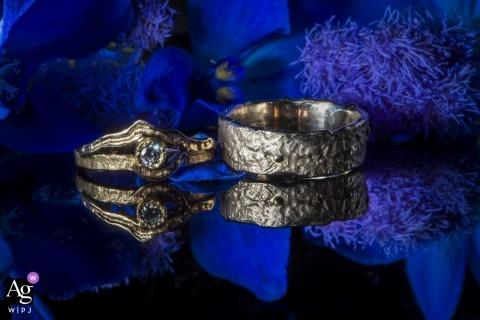 Fotografisch detail van Utrecht artistiek van ringen dat in blauw en zwart wordt weerspiegeld