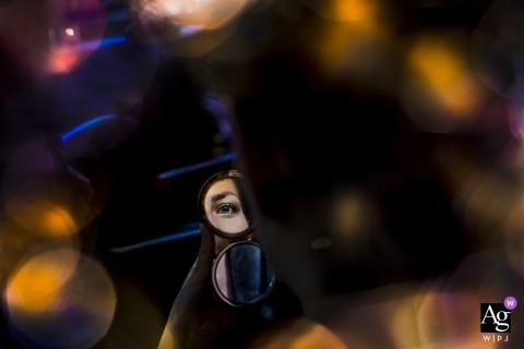 Niederländische künstlerische Hochzeitsphotographiedetails | Braut wird fertig, Auge im Spiegel