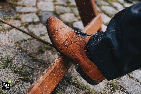 Chaussures du marié pendant la coupe du bois - tradition du mariage allemande