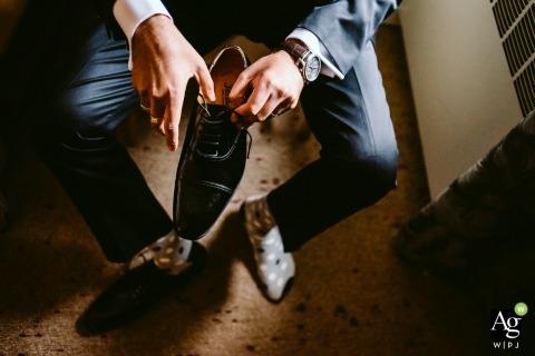 Foto's van Edmonton door een creatieve trouwfotograaf detail van bruidegom die op schoenen zet