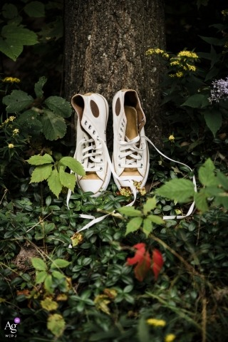 Fotografía creativa de la boda de Boston | Detalle de zapatillas altas al lado del arbol.