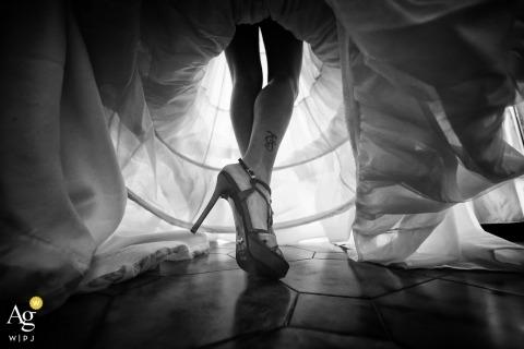 La Speizia künstlerisches Hochzeitsfotodetail des Kleides und der Schuhe der Braut