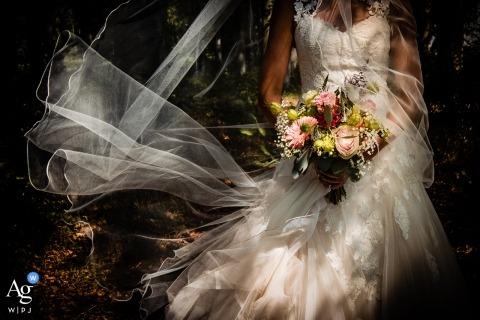Castricum bruiloft fotografiedetail van de bruid met boeket en bloemen in Nederland