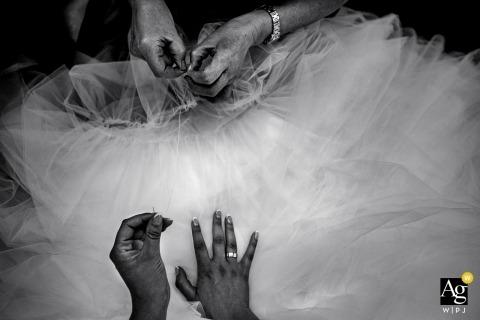 De details van de huwelijks huwelijksfotografie van handen die bruids klaar kleding krijgen Trouwfotograaf Utrecht