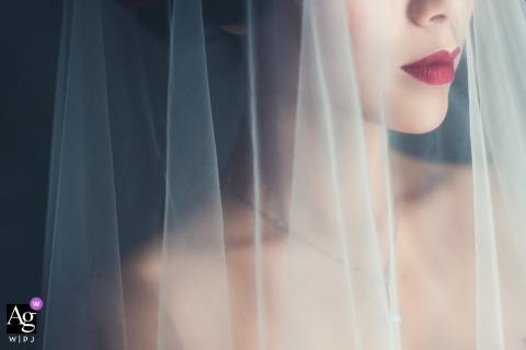 Zdjęcie ślubne Hunan, Chiny | uchwycenie ślubnej panny młodej przed ceremonią przez jej zasłonę z czerwonymi ustami