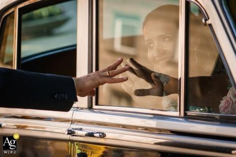Sofia, Bulgaria fotografia de boda | Capturando los detalles de la boda de los novios con el reflejo del vidrio del auto